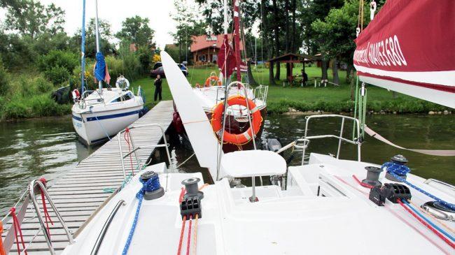 czarter_jachtu_port_w_prazmowie_spokojona_przystan-widok-z-lodzi-na-przystan-1000x562